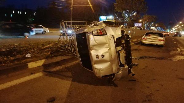 ДТП в центре Ярославля: машина влетела в забор и перевернулась