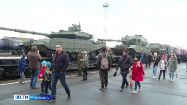 Десятки видов оружия и новейшие танки: в Ярославле побывал агитпоезд