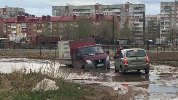 В Заволжском районе Ярославля в луже застряла «Газель»