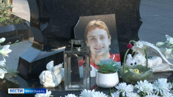 На Леонтьевском кладбище Ярославля повредили памятник Ивану Ткаченко