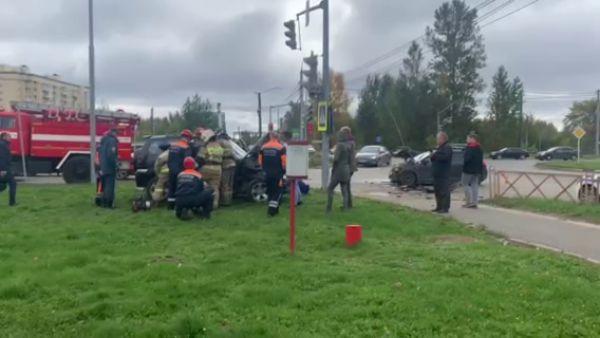 Работают спасатели: в Заволжском районе Ярославля столкнулись две легковушки