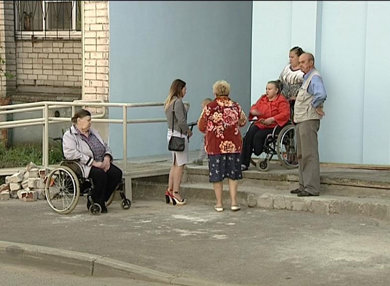 Недоступная среда: инвалиды-колясочники заперты в собственном доме