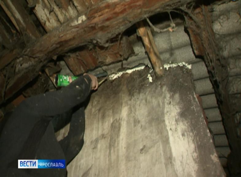 Неприятным сюрпризом перед Новым годом для одного из домов Ярославля стала протекающая крыша